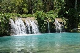The Cambugahay Waterfall on Siquijor impresses by its clearness and freshness